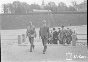 Presidentti Ryti seurueineen tulossa sotasairaalaan 8.1. Lahti.
