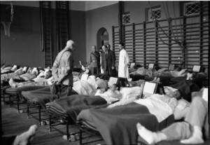 Presidentti puhuttelee potilaita sotasairaalassa lyseolla